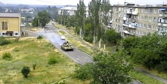 Xe tăng được cho là của Nga hướng về TP Horlivka. Ảnh: Daily Mail