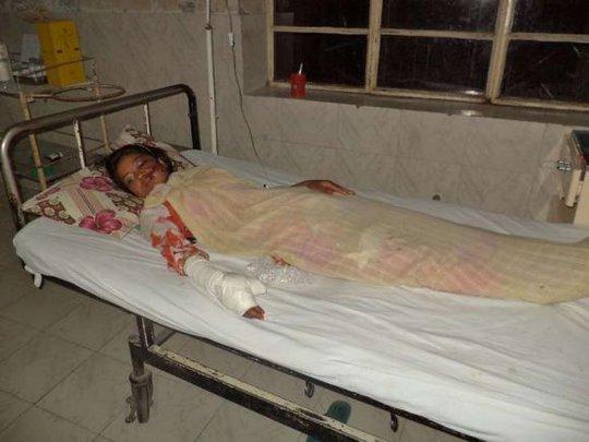 Nạn nhân Saba Maqsood, 18 tuổi, đã qua khỏi nguy kịch. Ảnh: Reuters