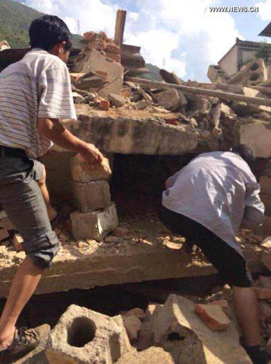 Người dân đang tìm kiếm quanh khu vực đổ nát ở Lỗ Điện, tỉnh Vân Nam. Ảnh: News.cn