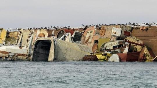 Tàu Ochakov bị đánh chìm. Ảnh: AP