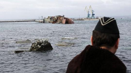 Đây được xem là động thái của Nga nhằm làm xuống tinh thần chiến đấu của lượng lượng Ukraine tại Crimea. Ảnh: AP