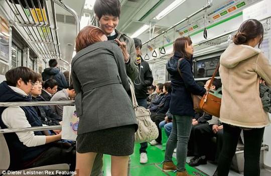 Hình ảnh trên tàu điện Hàn Quốc nhộn nhịp. Ảnh: Dieter Leistner