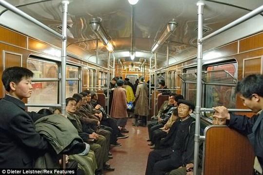 Hành khách trên tàu điện ở Bình Nhưỡng - Triều Tiên. Ảnh: Dieter Leistner