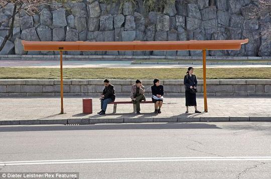 Trạm xe buýt đơn giản ở Triều Tiên. Ảnh: Dieter Leistner
