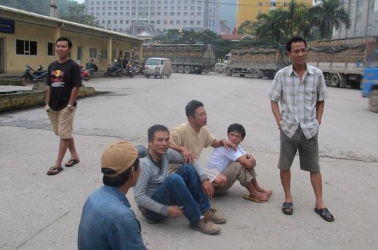 Các lái xe vật vờ chờ ở cửa khẩu Tân Thanh