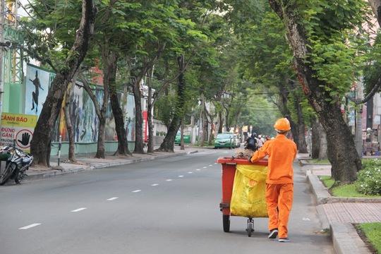 Ngày nghỉ lễ nhưng các công nhân vệ sinh vẫn phải dậy sớm để làm việc.
