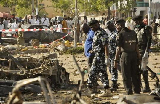 Cảnh sát có mặt tổ chức cứu hộ. Ảnh: Reuters
