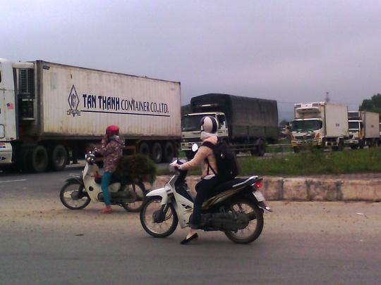 Xe tải đổ dồn sau giờ nghỉ trưa khiến Quốc lộ 1A đoạn qua Tứ Hạ bị tắc nghẽn cục bộ.