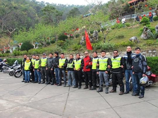 Thành viên các CLB chụp ảnh lưu niệm tại khu du lịch.