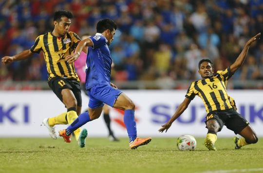 Kroekrit Thawikan (giữa) trong pha ghi bàn ấn định chiến thắng 2-0 cho Thái Lan tối 17-12 Ảnh: REUTERS