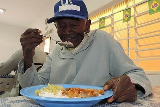 Cụ ăn 4 bữa/ngày và không có bí quyết kéo dài tuổi thọ. Ảnh: Daily Mail