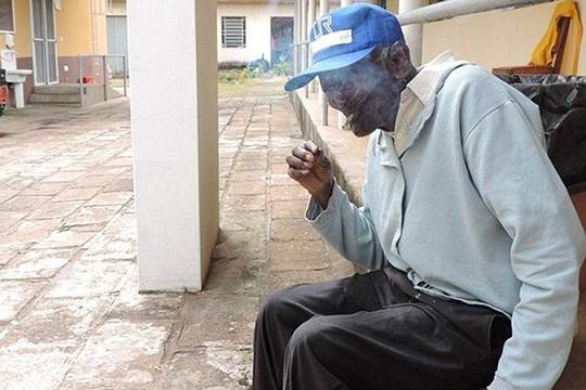 Dù thường xuyên hút thuốc nhưng cụ Jose không hề có vấn đề gì về sức khỏe. Ảnh: Daily Mail
