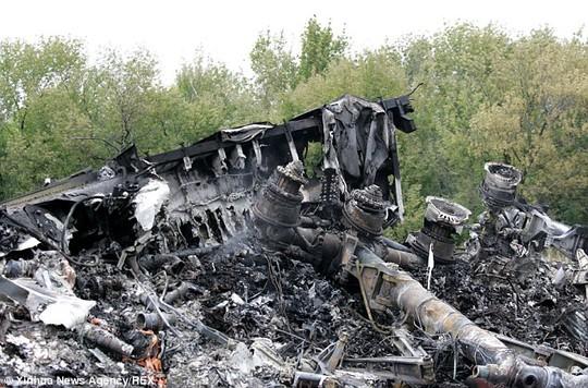 Hiện trường tan nát nơi MH17 rơi