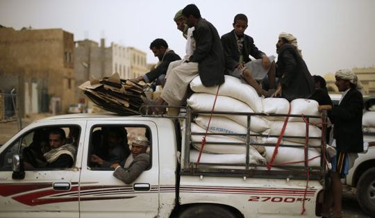 Người dân Yemen nhận hỗ trợ thực phẩm từ trung tâm phân phối Chương trình Lương thực thế giới. Ảnh: Reuters