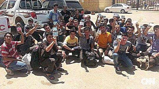 Một nhóm trong số 140 học sinh đã bị IS bắt cóc để tẩy não khi các em trên đường trở về nhà trên những chiếc xe buýt viện trợ nhân đạo.