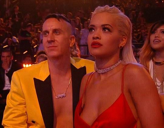 Rita nhìn chăm chú nhưng lại không cười hay thoải mái theo điệu nhạc của Nicki
