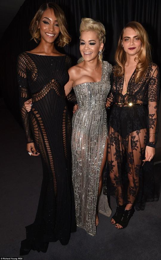 Rita Ora (giữa)