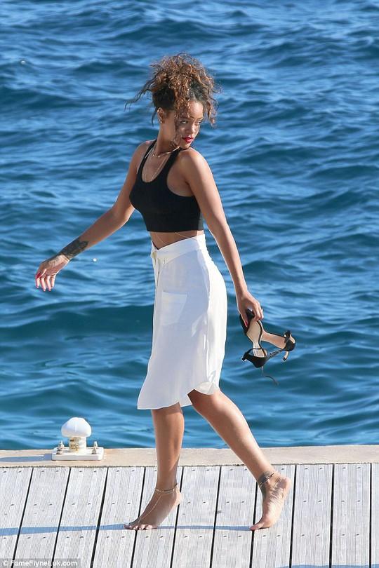 Rihanna lại khoe thân trên trang mạng xã hội