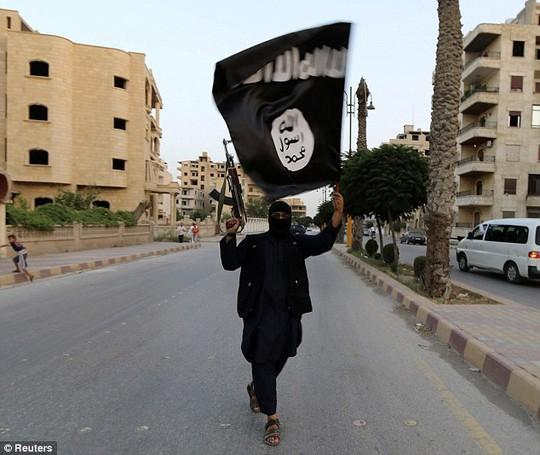 Một chiến binh thánh chiến trên đường phố Syria. Ảnh: Reuters