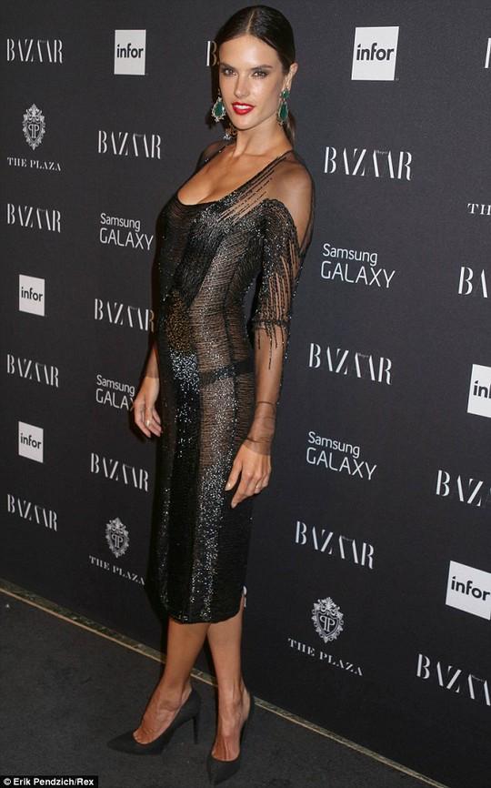Alessandra Ambrosio khoe dáng với đầm xuyên thấu