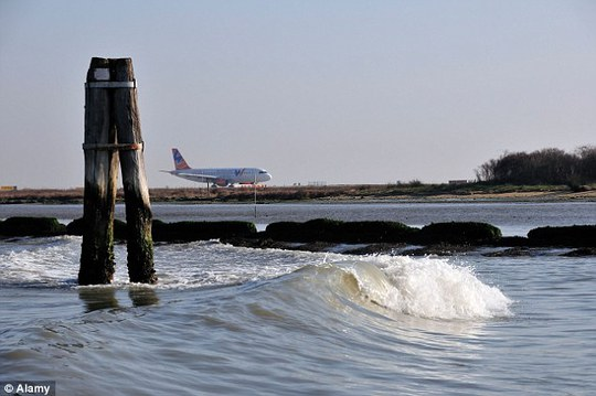 Chiếc máy bay sau đó đã hạ cánh an toàn tại sân bay Marco Polo ở bờ biển TP Venice, Ý. Ảnh: Alamy
