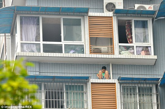 Trốn làm bài tập, cậu bé trèo cửa sổ lầu 11