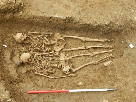 Cặp đôi nắm tay nhau dưới mộ