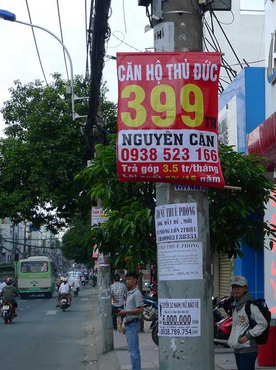 Những quảng cáo căn hộ giá rẻ xuất hiện nhan nhản trên đường phố. Ảnh: K.V