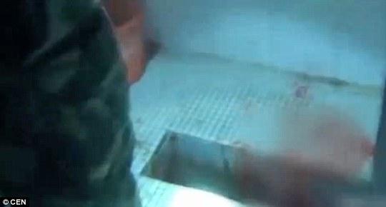 Cứu trẻ sơ sinh mắc kẹt trong đường ống toilet