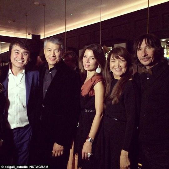Nicole Scherzinger trong bức ảnh cùng tỉ phú Kairat Boranbeyev và bạn bè ông