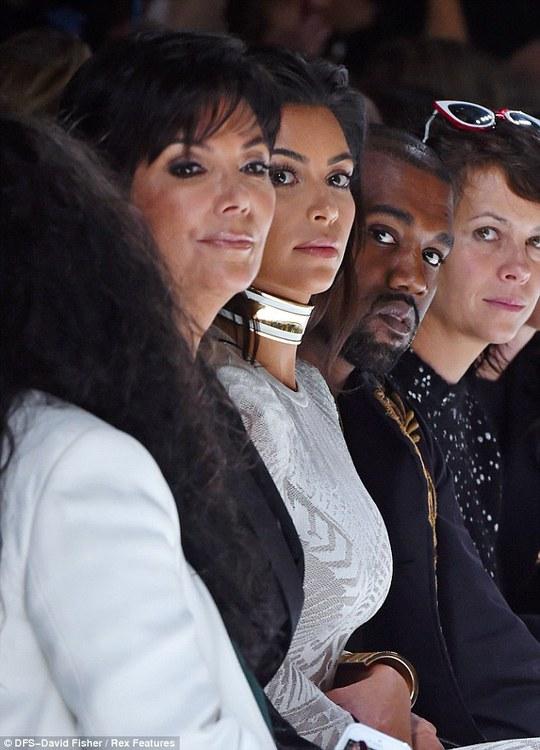 """Kim Kardashian bị """"kẻ thích quấy rối thảm đỏ"""" tấn công"""