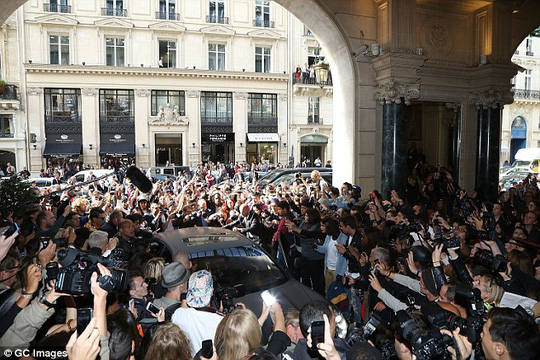 Đám đông bủa vây quanh xe vợ chồng Kim Kardashian