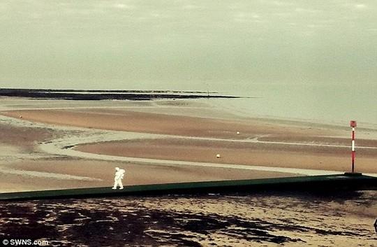 Vị phi hành gia này đi một mình trên đoạn đường bê tông hướng ra phía biển, một lúc sau thì quay ngược lại và đi bộ trên cát.