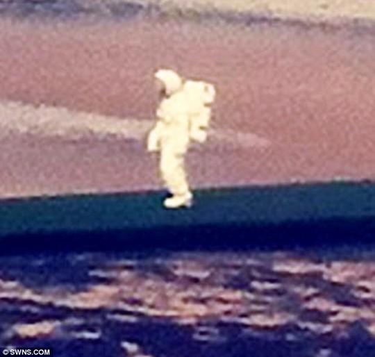Phi hành gia bí ấn đi bộ dọc bờ biển
