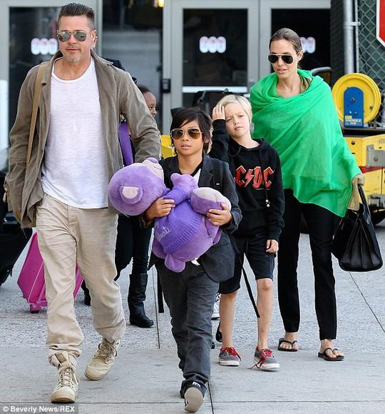 Angelina Jolie tặng chồng quà cưới hơn 3 triệu USD