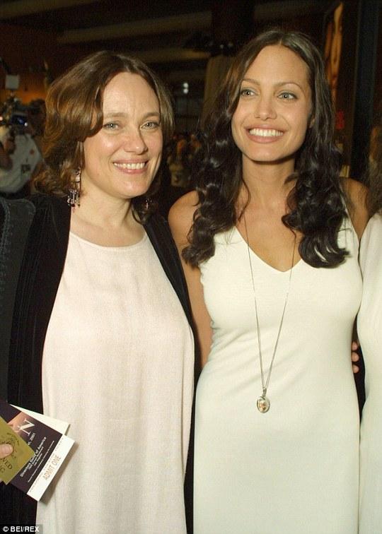 Angelina Jolie và mẹ