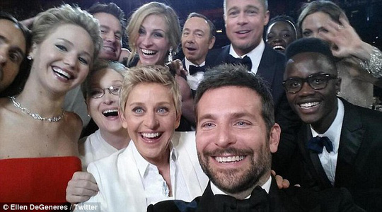 """Bức ảnh """"tự sướng"""" nổi tiếng thế giới của Ellen DeGeneres và các sao Hollywood tại Oscar 2014"""
