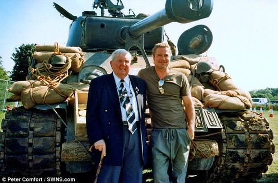 Peter Comfort từng đến trường quay phim Fury cho đoàn phim lời khuyên