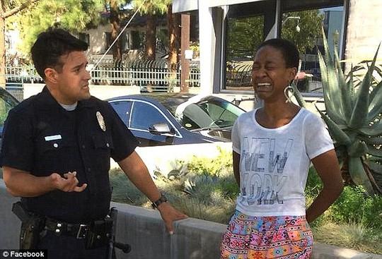 Nữ diễn viên Daniele Watts bật khóc khi bị cảnh sát còng tay, tra hỏi