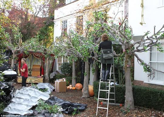 Jonathan Ross trang trí nhà để tổ chức tiệc Halloween thường niên