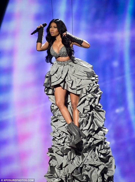 Nicki Minaj treo người lên