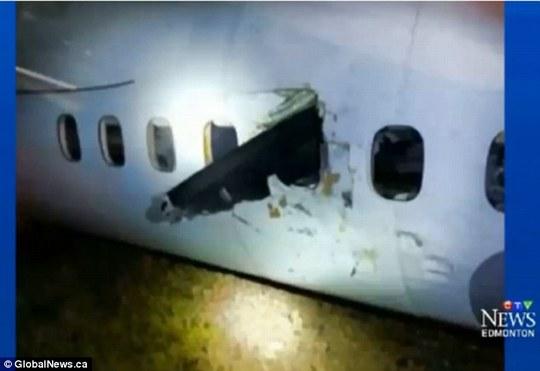 Cánh quạt chém vào thân máy bay. Ảnh: Global News