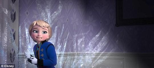 Spencer Lacey Ganus lồng tiếng cho nhân vật Elsa ở độ tuổi thiếu niên