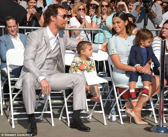 Matthew McConaughey hạnh phúc bên vợ đẹp, con xinh