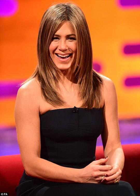 Jennifer Aniston rạng rỡ đầm đen