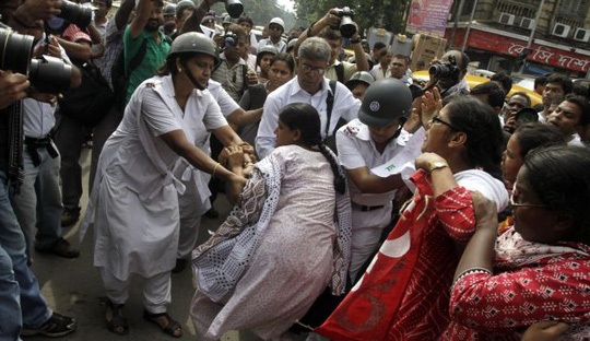 Một loạt vụ cưỡng hiếp gần đây tại Ấn Độ khiến người dân phẫn nộ và dẫn đến nhiều cuộc biểu tình. Ảnh: AP