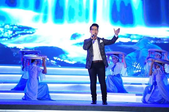 Hà Anh Tuấn trình diễn trên sân khấu Hoa hậu Việt Nam 2014