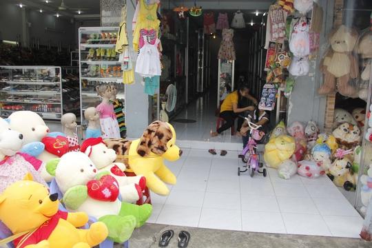 Một cửa hàng bán gấu bông và quà lưu niệm trên đường Xô Viết Nghệ Tĩnh (quận Bình Thạnh) khá vắng vẻ trong buổi sáng 20-10.
