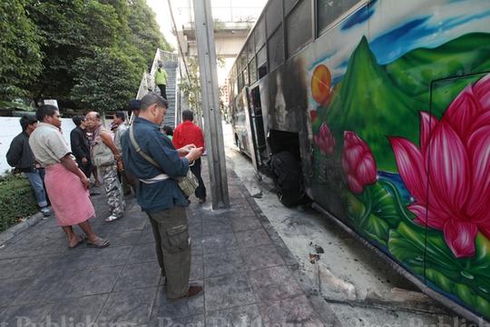 Chiếc xe buýt bị đốt ở khu Nang Loeng, Bangkok Ảnh: BANGKOK POST
