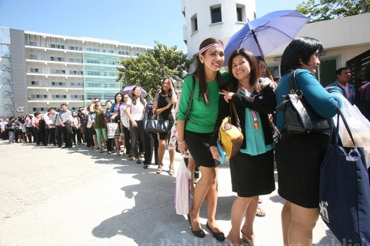 Nhân viên Văn phòng Kinh tế và Xã hội quốc gia sơ tán sau khi bị người biểu tình bao vây hôm 14-1 Ảnh: THE NATION